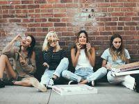casual foto cuatro amigas sentadas pizza