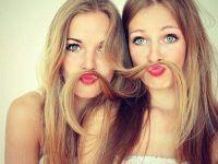 dos amigas con bigote