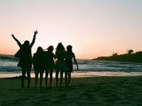 foto cinco mejores amigas en la playa