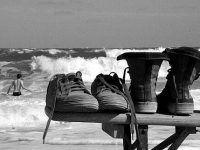 foto creativa novios deja zapatos en la playa