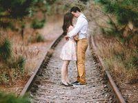 foto de pareja entre las vias del tren