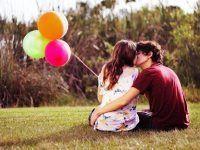 foto de pareja romantica con globos