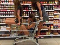 foto de tres mejores amigas en supermercado