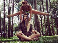 foto dos amiga una saltando