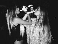 foto dos amigas bebiendo