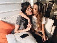 foto dos amigas beso mejilla