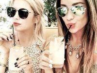 foto dos amigas con bebida en vaso