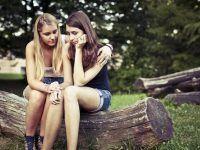 foto dos amigas triste