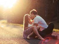 foto novios besandose carretera