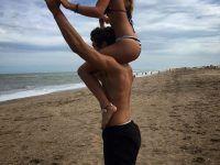 foto novios playa romantica sobre hombros