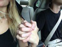 foto selfie pareja de la mano en auto