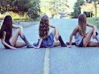 foto tres mejores amigas sentadas calle