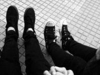 foto tumblr pareja pies y manos