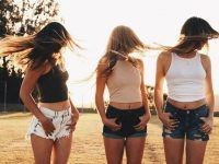 fotografia de tres amigas volteando