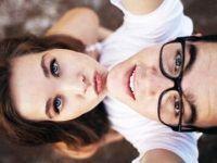 selfies novios mirando hacia arriba