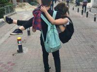 cargando a su pareja en la calle