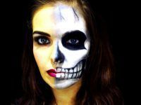 chica con medio rostro pintado de calavera