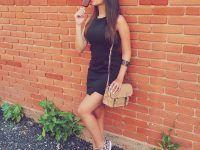 chica sobre el muro comiendo una palea