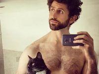el gatito el humano posando para la selfie