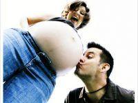 foto de pareja felizmente embarazados