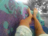 los pies al aire libre