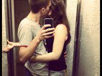 pareja besándose muy feliz enamorada