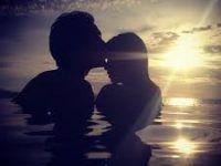 pareja beso en la playa