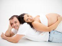 pareja embarazada muy feliz