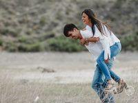 pareja enamorada en el campo