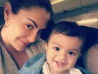pose en el avión madre con su hijo