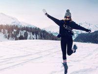 poses para fotos en la nieve de parejas al aire libre