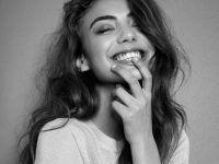 sonriendo en blanco y negro