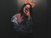 una linda gatita en el elevador