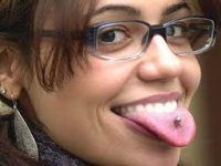 chica de gafas mostrando la lengua