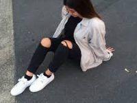 chica tímida posando en la calle