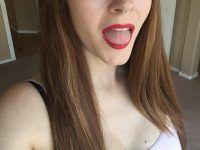 con los labios rojos enseñando la lengua