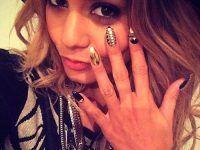 con sus gestos presumiendo sus uñas