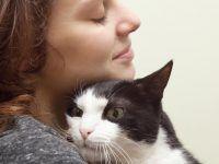 la más feliz al abrazar a su gato