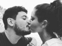 pareja linda besándose