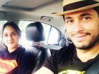 pareja viajando en auto