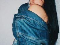 posando con el hombro descubierto